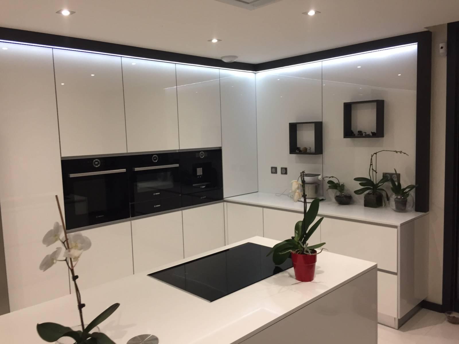cuisine cachee appartement montpellier meuble structurant une cuisine cache dans un placard. Black Bedroom Furniture Sets. Home Design Ideas
