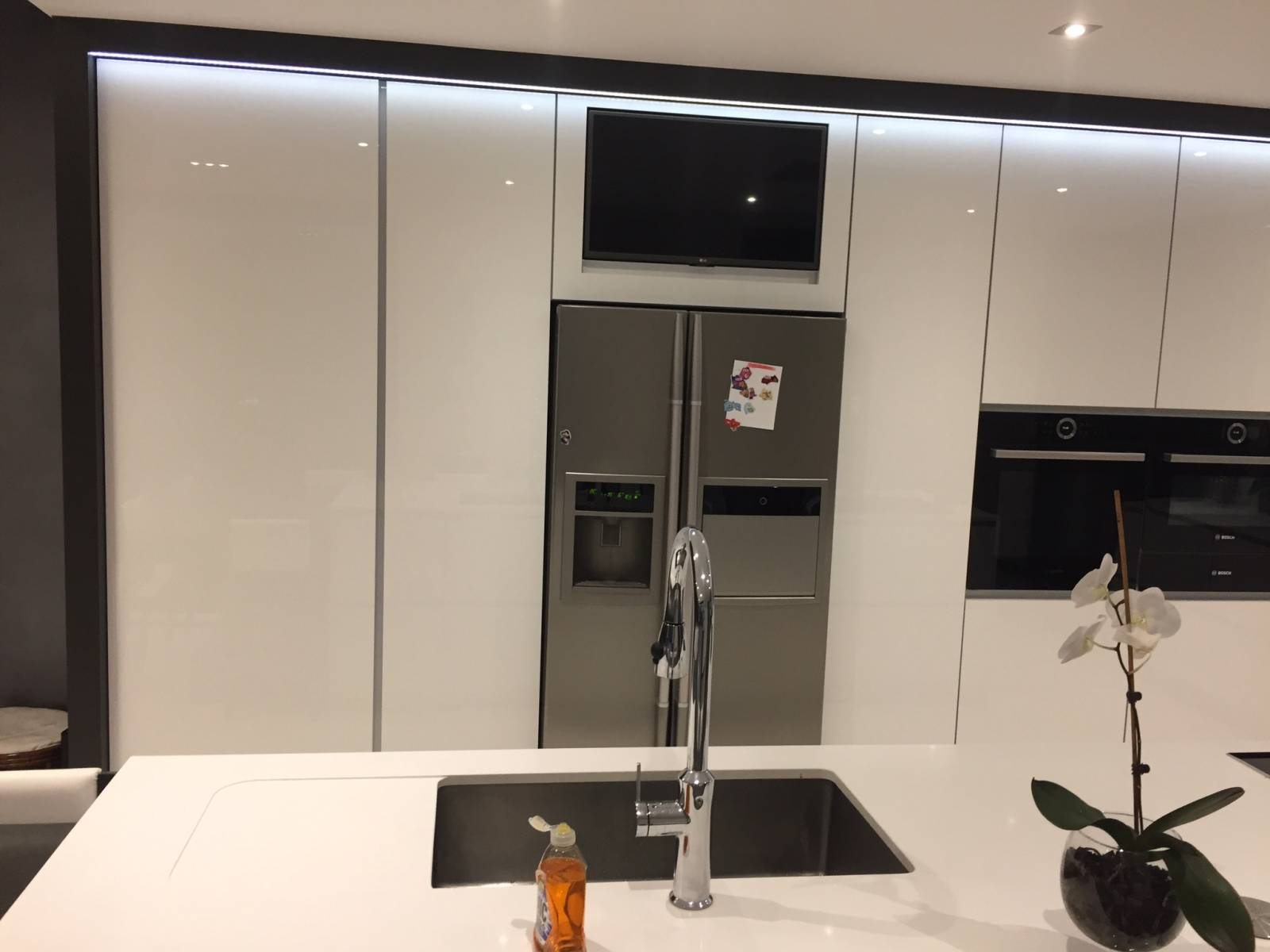 cuisine cachee blanche haute brillance a vienne is re vente et installation de po le. Black Bedroom Furniture Sets. Home Design Ideas